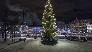 Tampereen joulutori ja joulukuusi iltavalaistuksessa