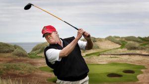Trump golkentällään Aberdeenshiressä Skotlannissa kesäkuussa 2011.