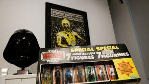 Sotheby's-huutokauppakamari esitteli myytäviä Tähtien sota -elokuvasarjan oheistuotteita New Yorkissa. Etualalla oleva seitsemän leluhahmon pakkaus myytiin lähes 30 000 eurolla.