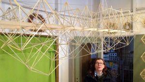 Pirjo Väisäsen työhuoneen katossa roikkuva teos on ollut esillä asuntomessuilla.