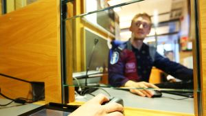 Sormenjälkisanneri käytössä Pasilan poliisitalon palvelupisteessä.