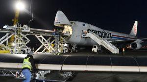 Cargolux -yhtiön Boeing 747 -rahtikonetta lastataan tammikuussa 2015.
