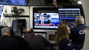 Pörssivälittäjät seuraavat  FED:iin liittyvää uutisointia New Yorkin pörssissä