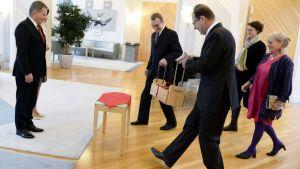 Tasavallan presidentti Sauli Niinistö ja puolisonsa Jenni Haukio vastaanottavat perinteiset joulutervehdykset presidentin virka-asunnolla Mäntyniemessä Helsingissä.