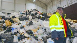 Ekoasema Esa ja Pojat, toimitusjohtaja Esa Pekkala seisoo muovijätekasan edessä.