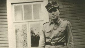 Eino Simolin talon edessä sotilaspuvussa vuonna 1942.