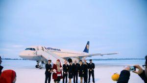 Lentokone, joulupukki ja koneen miehistö