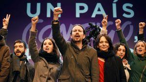 Podemos-puolueen Pablo Iglesias (keskellä) juhli vaalitulosta Madridissa sunnuntaina.
