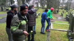 Turvapaikanhakijoita viemässä kukkia hautausmaalle Kangasalla