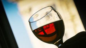 Punaviiniä viinilasissa.