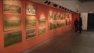 Runsaasti vanhoja opetustauluja esillä museon seinällä.