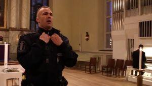 Oulun poliisin vanhempi konstaapeli Petrus Schroderus laulaa Oulun tuomiokirkossa