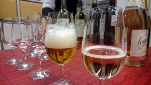 Kuohuviinejä kaadettuna lasiin