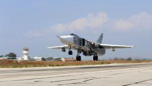 Venäläinen pommikone SU-24M lähdössä lentoon Hmeymimin lentotukikohdasta, Syyriassa.