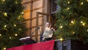 Turun kaupungin protokollapäällikkö Mika Akkanen julisti joulurauhan Turun Suurtorilla jouluaattona 24. joulukuuta 2013.
