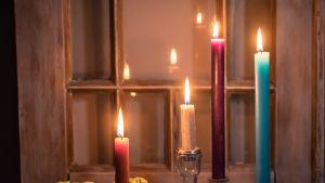 Kynttilöitä palamassa pöydällä.
