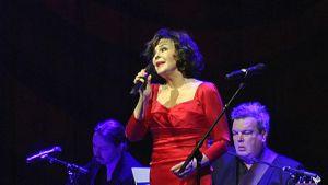 Paula Koivuniemi esiintyy Hurstin vähävaraisten joulujuhlassa.