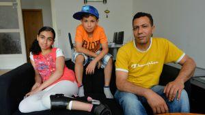 Reem Sahwil kotonaan veljensä Ahmedin ja isänsä Atefin kanssa.