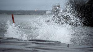 Aalto murtuu rantaan Uunisaaressa Helsingissä 13. joulukuuta.