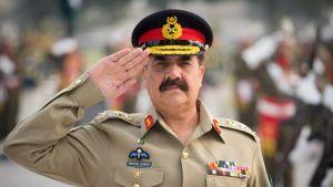 Pakistanin armeijan komentaja Raheel Sharif tekee kunniaa univormussaan.