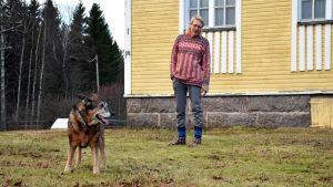 Riesa-koira ja Hans Colliander kotipihallaan.