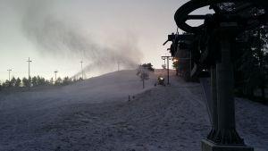 laskettelurinnettä lumetetaan