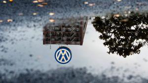 Volkswagenin logo heijastuu lätäkköön