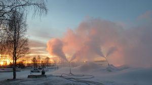 Kemin Lumilinnan lunta tykitetään joulukuussa 2015.