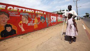 Ebolasta varoittava seinämaalaus Liberian pääkaupungissa Monroviassa.