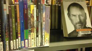 Burmankielisiä kirjoja hyllyssä