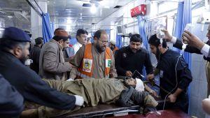 Yhtä pommi-iskussa loukkaantunutta tuodaan sairaalaan Peshwarii.