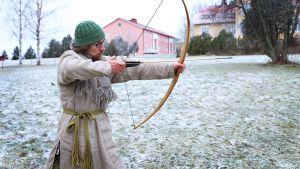 Ville Koskivaara opiskelee muinaistekniikan artesaaniksi ja haaveilee omavaraisesta elämästä.