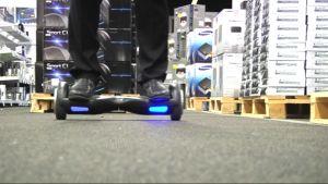 Jalat tasapainolaudan päällä, jonka alla palavat siniset valot