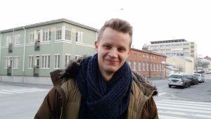 Victor Enbacka, taustalla Pietarsaren kaupunkia.