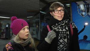 Taimi Kaaja ja Annukka Saar Tampereen rautatieaseman tunnelissa