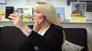 Opettajien meikkaaminen jakaa mielipiteitä Simonkallion uutisluokassa. Pitääkö opettajan näyttää hyvältä?