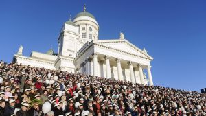 Ihmisiä laulamassa Finlandia-hymniä senaatintorilla.