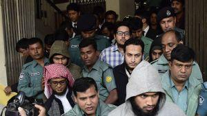 Bangladeshin poliisi toi syytettyjä oikeuteen 31. joulukuuta Dhakassa.