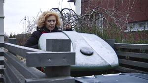 Susanna Rahkamo vie roskapussin piharoskikseen.
