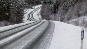 Jäinen tienäkymä Sotkamossa 15. joulukuuta 2015.