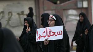 Shiiapappi Nimr al-Nimrin teloituken johdosta useissa arabimaissa järjestettiin mielenosoituksia 2. tammikuuta. Kuvassa naisia Manaman kaupungin kaduilla Bahrainissa.
