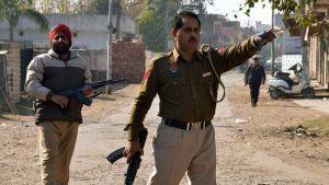 Intialaispoliisiviranomaisia kadulla hyökkäyksen ollessa käynnissä Pathankotissa 2. tammikuuta 2016.