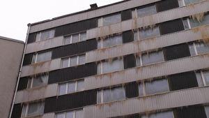 Kerrostalon ikkunat ovat jäässä tulipalon sammutustöiden jäljiltä.