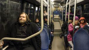 Ihmisiä seiskan bussissa.