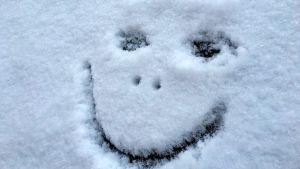 Lumeen piirretyt kasvot.