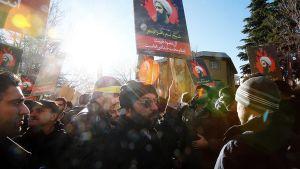 Iranilaisia mielenosoittajia Saudia-Arabian suurlähetystön edustalla Teheranissa 3. tammikuuta.