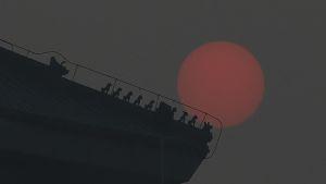 Aurinko paistaa paksun savusumun läpi Pekingissä joulukuussa 2015.