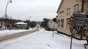 Talvinen kylätie.
