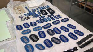 Poliisimerkkejä kuivumassa pöydällä.
