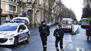 Aseistettuja poliiseja kadulla Pariisissa.